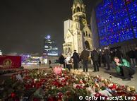 Цветы на месте теракта в Берлине 19 декабря 2016 года