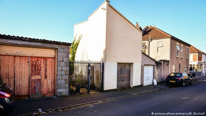 The gated entrance and garages on King Street, Easton, Bristol, where community race relations champion, Judah Adunbi was hit with a stun gun by police (picture-alliance/empics/B. Birchall)
