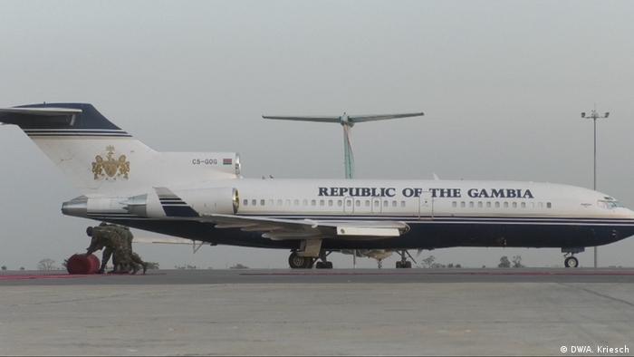 Gambia Soldaten Am Flughafen
