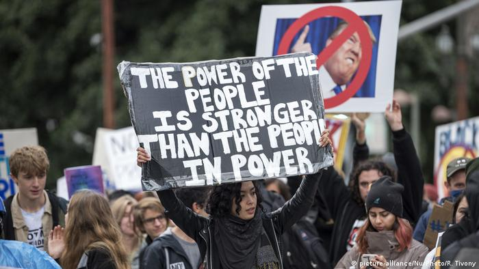 USA Demonstranten gegen Donald Trump in Los Angeles (picture-alliance/NurPhoto/R. Tivony)