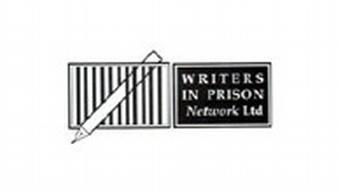 Zweigeteiltes Logo des Netzwerks Writers in Prison: Links sieht man einen Stift hinter Gittern, rechts steht schwarz auf weiß: Writers in Prison Network Ltd