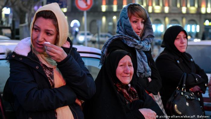 Iran Trauer um die Opfer des gestürzten Plasco-Gebäudes in Teheran (picture-alliance/abaca/F. Bahrami)