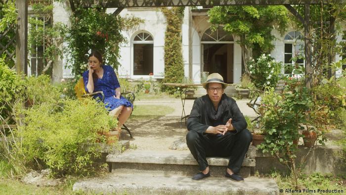 Sophie Semin und Reda Kateb auf der Terasse. Filmstill Die schönen Tage von Aranjuez von Wim Wenders (Alfama Films Production)