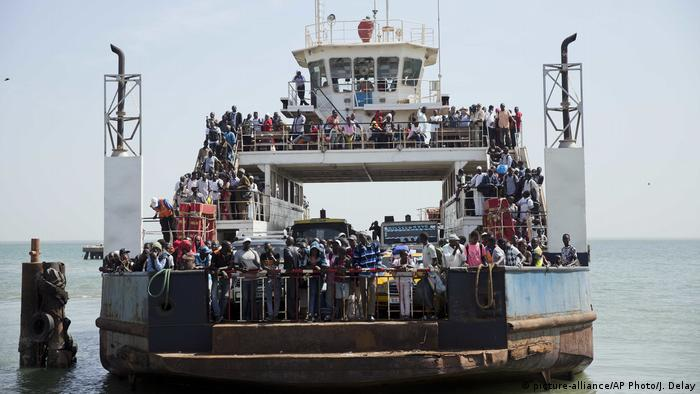 A ferry bringing back people who fled arrives at the port in Banjul, Gambia (picture-alliance/AP Photo/J. Delay)