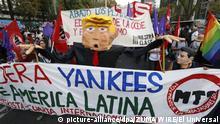 20.01.2017 Zahlreiche Menschen demonstrieren vor der US-Botschaft gegen den neuen US-Präsidenten Donald Trump, am 20.01.2017 in Mexiko-Stadt (Mexiko). Foto: El Universal/El Universal via ZUMA Wire/dpa +++(c) dpa - Bildfunk+++  