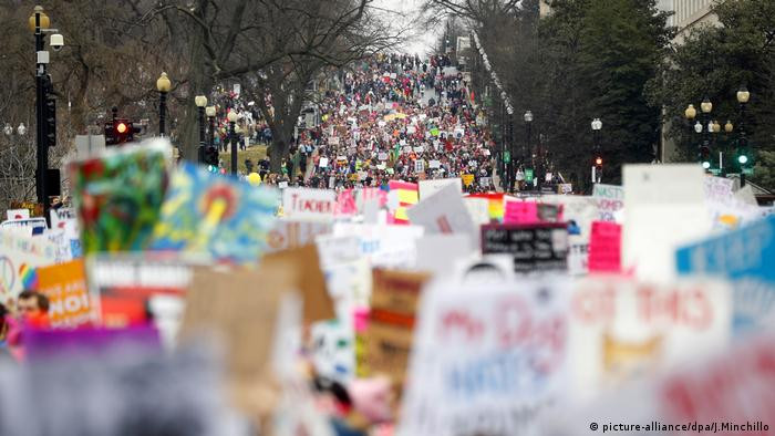Proteste gegen Trump in Washington (picture-alliance/dpa/J.Minchillo)
