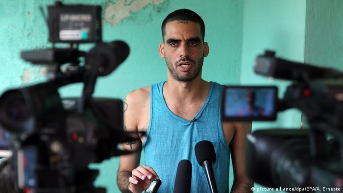 Llegó a tener 15 mil y hoy serían unos 120, según datos de la Comisión Cubana de Derechos Humanos y Reconciliación Nacional (CCDHRN), repartidos entre más de 160 prisiones, 50 de ellas de alta seguridad. Algunos disidentes han pasado hasta dos y tres décadas encarcelados. El joven grafitero Danilo Maldonado (foto) ha cumplido varios meses en prisión por expresar sus opiniones con su arte.