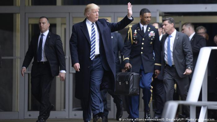 US-Präsident Donald Trump besucht das CIA-Hauptquartier (picture alliance/newscom/O. Douliery/UPI Photo via Newscom )