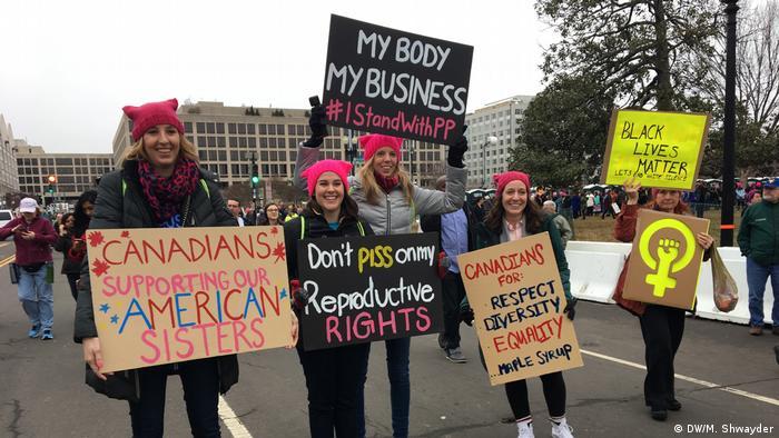 Участницы Марша женщин держат в руках плакаты с призывом сохранить право женщин на аборт