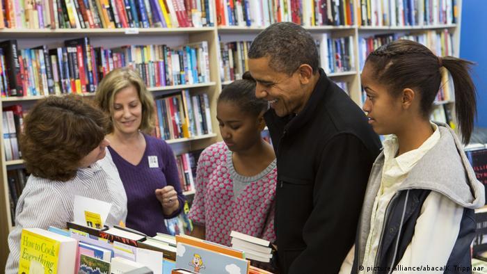 Barack Obama mit Töchtern in Buchhandlung (picture-alliance/abaca/K. Tripplaar)