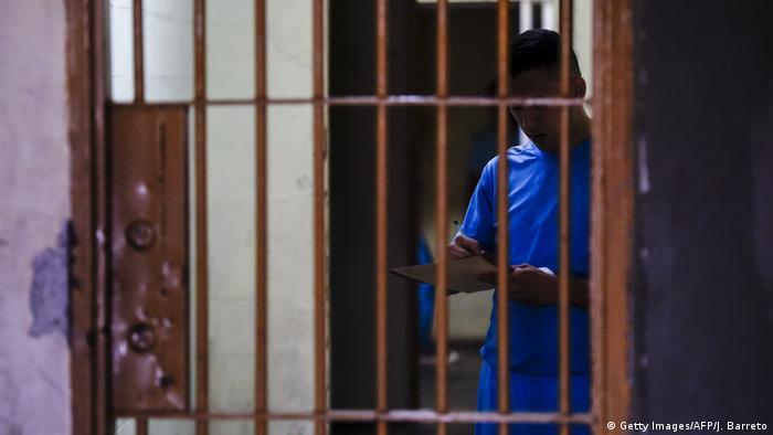 Catorce cuerpos fueron hallados en la Penitenciaría General de Venezuela, una peligrosa cárcel en el centro del país. El hallazgo es la pieza que faltaba para completar el acertijo de la desaparición de Francisco Guerrero Larez, interno desaparecido en 2009 y sobre quien el Estado no entregó información veraz ni a los familiares, ni a la Corte Interamericana de Derechos Humanos. (19.02.2017)