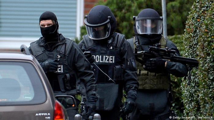 Las autoridades alemanas arrestaron hoy aseis presuntos islamistas procedentes de Siria acusados de estar planeando un atentado en Alemania. Los hombres detenidos, de edades comprendidas entre 20 y 28 años, habían planeado un atentado en un lugar público en Alemania como miembros de la milicia terrorista Estado Islámico (EI), informó la Fiscalía general en Fráncfort. (21.11.2017).