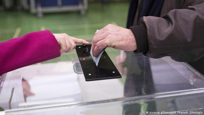 Frankreich Schwache Beteiligung bei Vorwahl von Sozialisten (picture alliance/AP Photo/K. Zihnioglu)