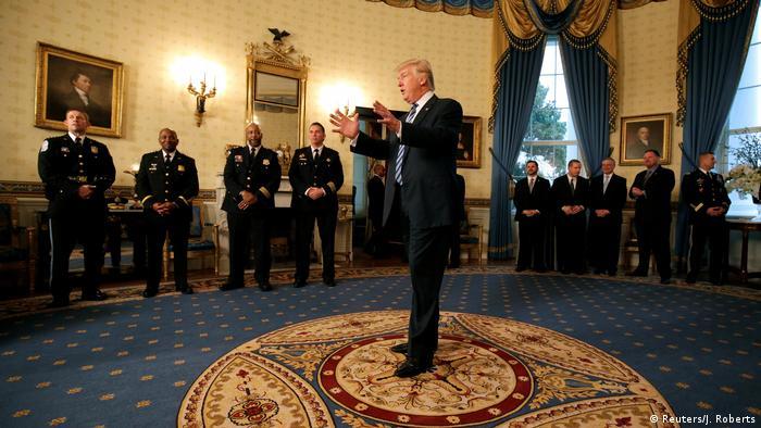 US Präsident Donald Trump spricht zur Vereidigung weiterer Minister (Reuters/J. Roberts)