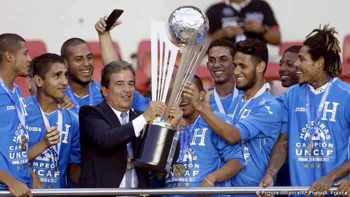 Honduras Pokalmeister Siegerpokal (Picture-Alliance/AP Photo/A. Franco)