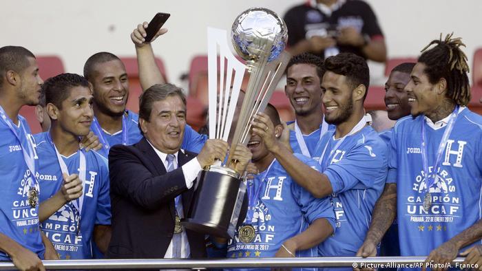 Honduras Pokalmeister Siegerpokal (Picture-Alliance/AP Photo/A. Franco)
