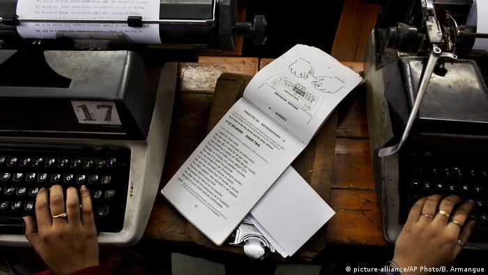 Indien Schreibmaschinen (picture-alliance/AP Photo/B. Armangue)