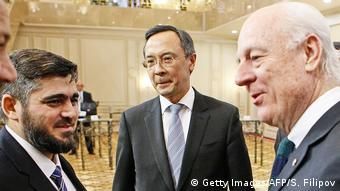 Kasachstan Syrien Friedensgespräche in Astana Staffan de Mistura mit Mohammad Alloush