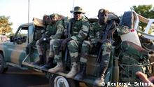 Gambia Soldaten der ECOWAS Truppen aus Senegal bei Denton check point in Banjul