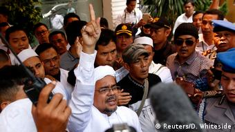 Islamisten-Führer Habib Rizieq in der Menge (Foto: Reuters/D. Whiteside)