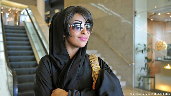 Eine saudische Frau, die einen Tschador trägt (Photo Alliance / JOKER / K.Eglau)