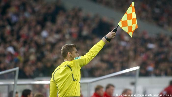 Боковой судья поднял флажок, сигнализируя о положении вне игры