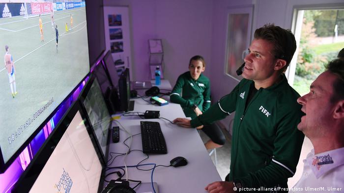 Судьи изучают работу системы видеоповторов