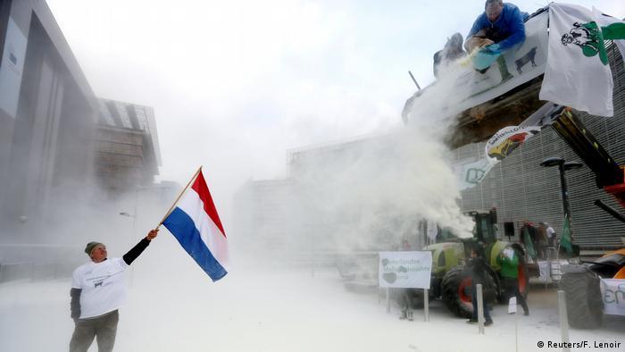 Brüssel Protest Landwirte versprühen Milchpulver