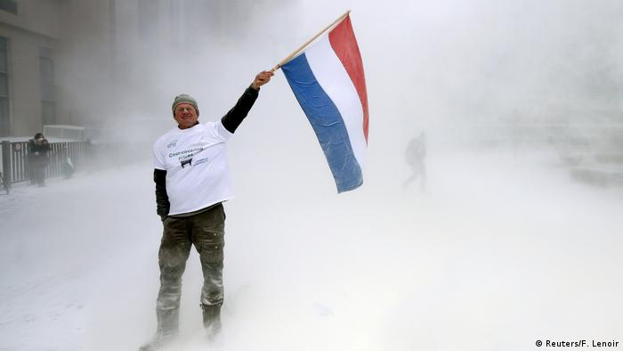 Brüssel Protest Landwirte versprühen Milchpulver (Reuters/F. Lenoir)