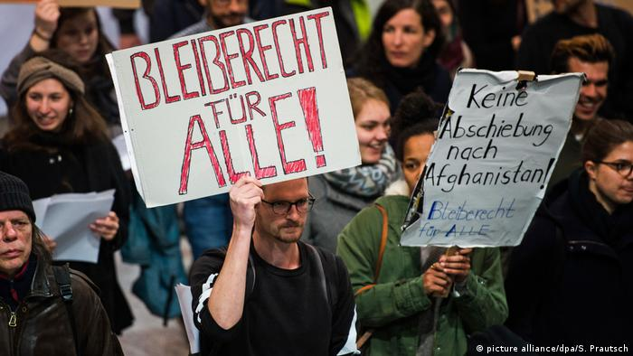 Protestors at Frankfurt Airport (picture alliance/dpa/S. Prautsch)