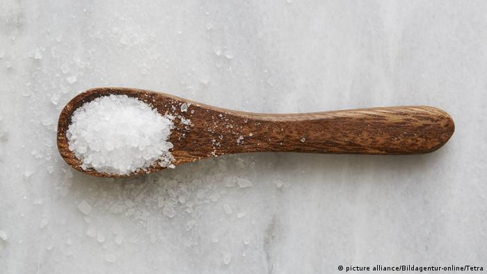 Spoon with salt (picture alliance/Bildagentur-online/Tetra)