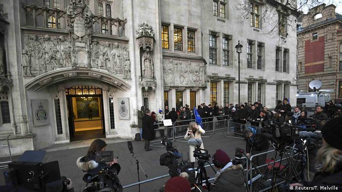 El texto legislativo fue elaborado después de que el Tribunal Supremo, máxima instancia judicial británica, dictaminase el martes que el Ejecutivo de Theresa May necesita autorización del Parlamento antes de activar el artículo 50 del Tratado de Lisboa, que inicia las negociaciones sobre la salida de un país comunitario de la UE. (26.01.2017)