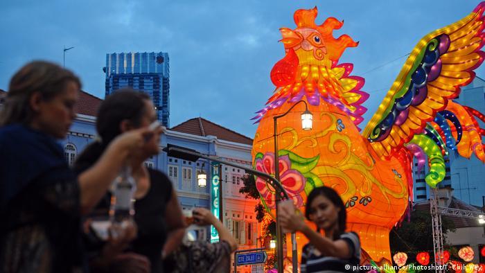Chinesisches Neujahrsfest 2017 Hahn Figur in Singapore (picture-alliance/Photoshot/T. Chih Wey)