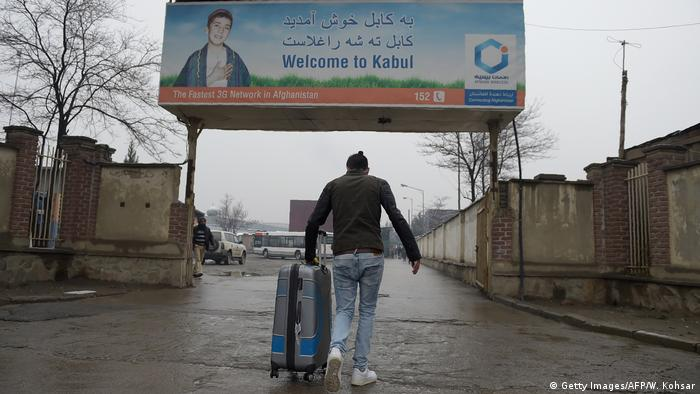 Afghanistan abgeschobene Flüchtlinge aus Deutschland kommen in Kabul an (Getty Images/AFP/W. Kohsar)