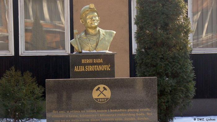 Bosnien und Herzegowina Kohlebergwerk in Breza bei Sarajevo | Büste von Alija Sirotanovic (DW/Z. Ljubas)