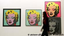 19.01.2017 Das Originaldruck «Marilyn Monroe» (grün) von Andy Warhol (l) hängt am 19.01.2017 in der Ludwiggalerie Schloss Oberhausen(Nordrhein-Westfalen) neben einer genehmigten Kopie und Falschdrucken. Die Ausstellung «Let's buy it» zeigt vom 22.01. bis 14.05.2017 rund 300 Exponate von Albrecht Dürer über Andy Warhol bis Gerhard Richter rund um das Thema Kunst und Einkauf. Foto: Roland Weihrauch/dpa +++(c) dpa - Bildfunk+++