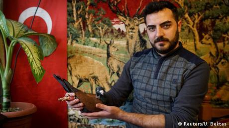 Türkei Ismail Ozbek mit einer Taube in Sanliurfa (Reuters/U. Bektas)