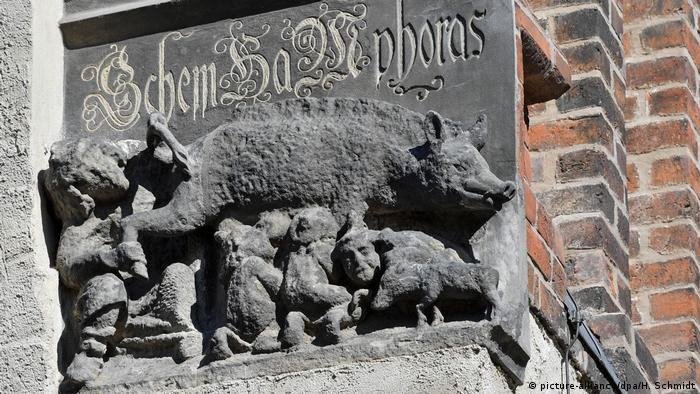 An anti-Semitic relief at Luther's Town and Parish Church of St. Mary's in Wittenberg is symbolic of the lack of tolerance that also marked Luther's thought (picture-alliance/dpa/H. Schmidt)