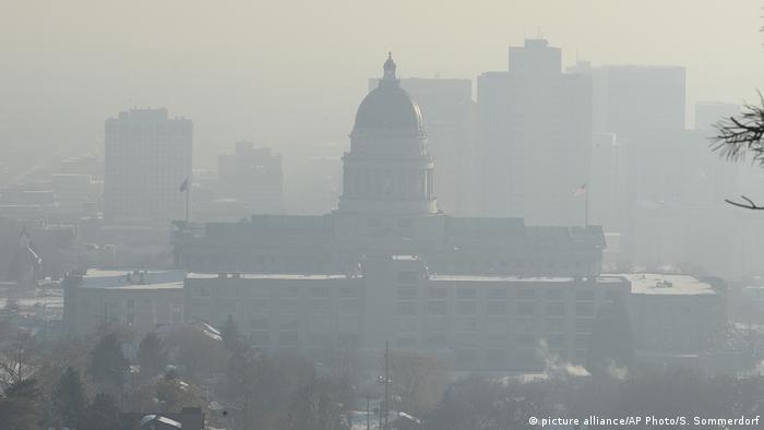 USA Das Capitol in Utah von Smog umhüllt