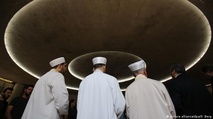 Imams seen from behind (picture alliance/dpa/O. Berg)