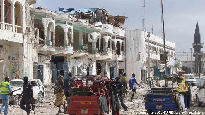 Somalia Explosion vor einem Hotel in Mogadishu (picture-alliance/ZUMAPRESS.com/Xinhua/F. Isse)