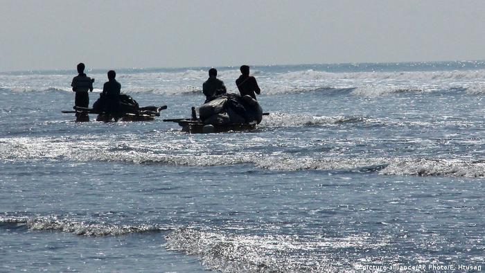 Myanmar Improvisierter Fischfang der Rohingya wegen eines Verbots von Fischerbooten (picture-alliance/AP Photo/E. Htusan)