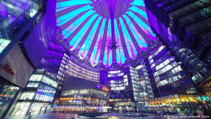 سونی سنتر برلین در سال دو هزار با هزینه ساخت ۶۰۰ میلیون یورو افتتاح شد. این سازه دارای ۱۳۲هزار و ۵۰۰ متر مربع است که در آن ۶۸ هزار متر مربع دفاتر تجاری، ۲۶ هزار و ۵۰۰ متر مربع آپارتمان مسکونی جای گرفتهاند. خانه فیلم با ۱۷ هزار و ۵۰۰ مترمربع و مرکز تفریحی با ۱۷ هزار متر مربع در این مکان جای دارند که برنامههای فرهنگی و هنری نیز در آنجا اجرا میشوند.