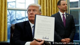 Трамп держит в руках указ о запрете финансирования иностранных НКО, которые консультируют женщин на тему абортов в беднейших странах мира