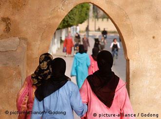 Verschleierte Frauen gehen durch ein Tor in der marokkanischen Stadt Taroudan (Quelle: picturealliance)