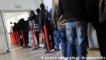 Deutschland - Arbeitslose stehen Schlange
