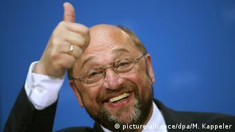 Σήμα νίκης και χαμόγελα για τον Μάρτιν Σουλτς. Κατεβαίνει σε μια δύσκολη προεκλογική εκστρατεία