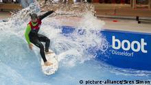 Zane Kekoa SCHWEITZER trainiert mit seinem Stand up Board, Neu in diesem Jahr ist auf der Boot die erste stehende Deep Water Welle in Hale 2, The Wave, auf der Surfer und Stand up Paddler schon eifrig fuer die Besucher ueben, auch die Messebesucher koennen nach Voranmeldung kostenlos dort Wellenreiten, Messe Boot 2017 in Duesseldorf vom 21. bis 29. Januar 2017, 22.01.2016.| Verwendung weltweit