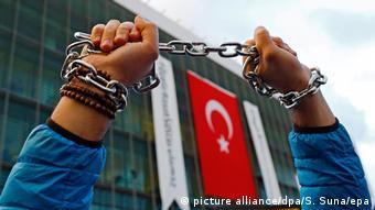 Türkiye'de koronavirüse ilişkin haber ya da paylaşımları nedeniyle çok sayıda gazeteci hakkında yasal işlem başlatıldı.