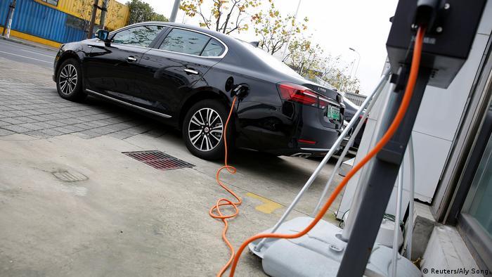 China Shanghai - Elektrisches Auto an Ladestation